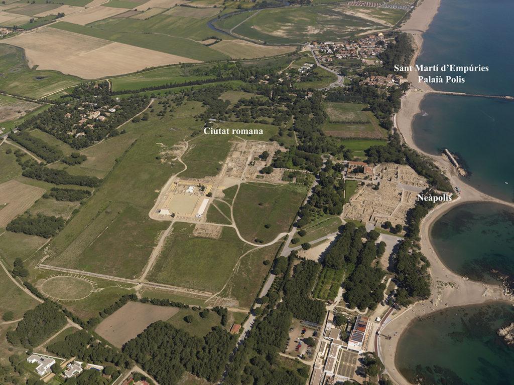 Vista aèria d'Empúries. A esquerra, el nucli de la ciutat romana, a la dreta, la ciutat grega i, més al fons,  el nucli de Sant Martí d'Empúries (foto: MAC, autor Santi Font, 2010).
