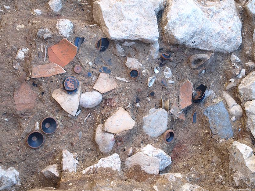 Detall dels peus i fons ceràmics retallats localitzats en l'excavació del sector 22, que podrien tenir una relació amb l'espai de culte emplaçat en aquesta àrea.