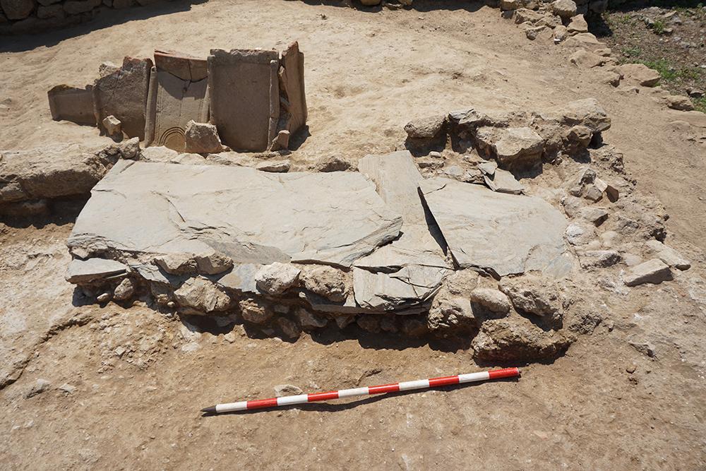 En diversos sectors de l'excavació es pogueren excavar també algunes tombes associades al cementiri dels segles IV-VI que es superposa a les restes de l'antiga ciutat grega.