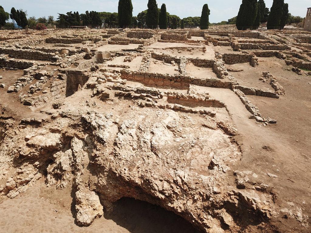 L'excavació de l'extrem nord del nucli grec va permetre constatar que les edificacions s'estenien fins al límit del promontori, marcat per un penya-segat de 7-8 metres d'alçada.