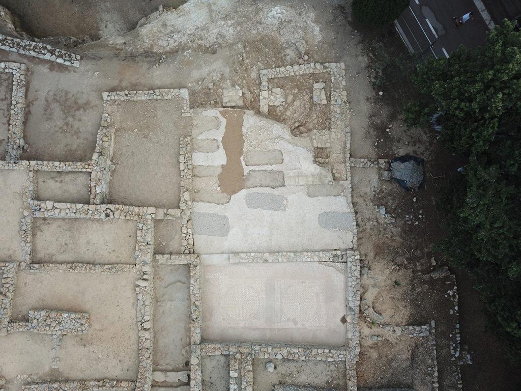 Vista aèria de la casa situada a l'ínsula 20, que visualment dominava tota la fondalada portuària. Algunes estances estaven pavimentades amb opus signinum decorats amb tessel·les. També s'observen els retalls causats per les inhumacions del cementiri tardo-antic.