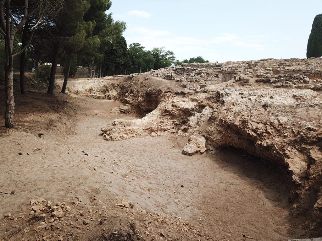 L'excavació realitzada l'any 2019 a la façana nord de la ciutat grega ha permès recuperar la topografia antiga del límit sud del port natural, clarament definit per un penya-segat damunt del qual s'assentava el nucli grec.