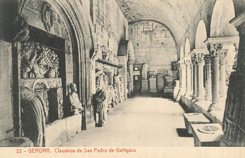 Figura 2. Claustre de Sant Pere de Galligants: a les galeries del claustre s'hi ubicaren escultures, capitells, elements arquitectònics i objectes voluminosos. (Autor desconegut. Fototípia Thomas, 1906-1918. Arxiu MAC-Girona)