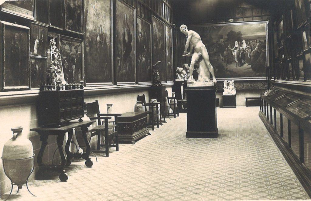 Figura 3: Detall de la galeria superior o sobreclaustre del Museo Provincial de Antigüedades y Bellas Artes de Girona, amb materials arqueològics compartint l'espai amb la pintura i l'escultura modernes. (Arxiu MAC-Girona)