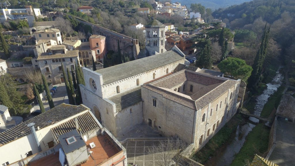 Figura 4: El monestir benedictí romànic de Sant Pere de Galligants construït a prop de la muralla nord de Girona, a la vora esquerra del riu Galligants.