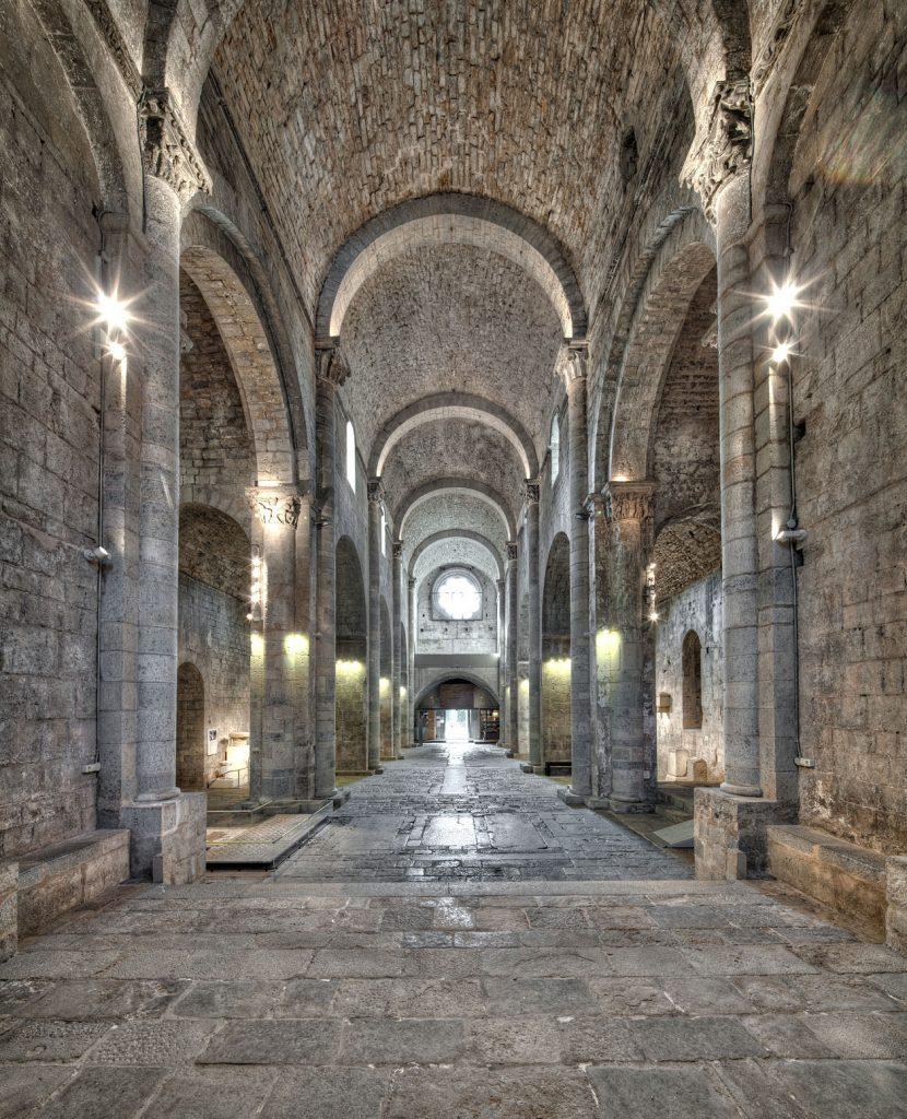 Figura 5: Panoràmica actual de l'interior de l'església des de l'absis central, amb l'estructura de les tres naus. (Foto J. Casanova. Arxiu MAC-Girona)