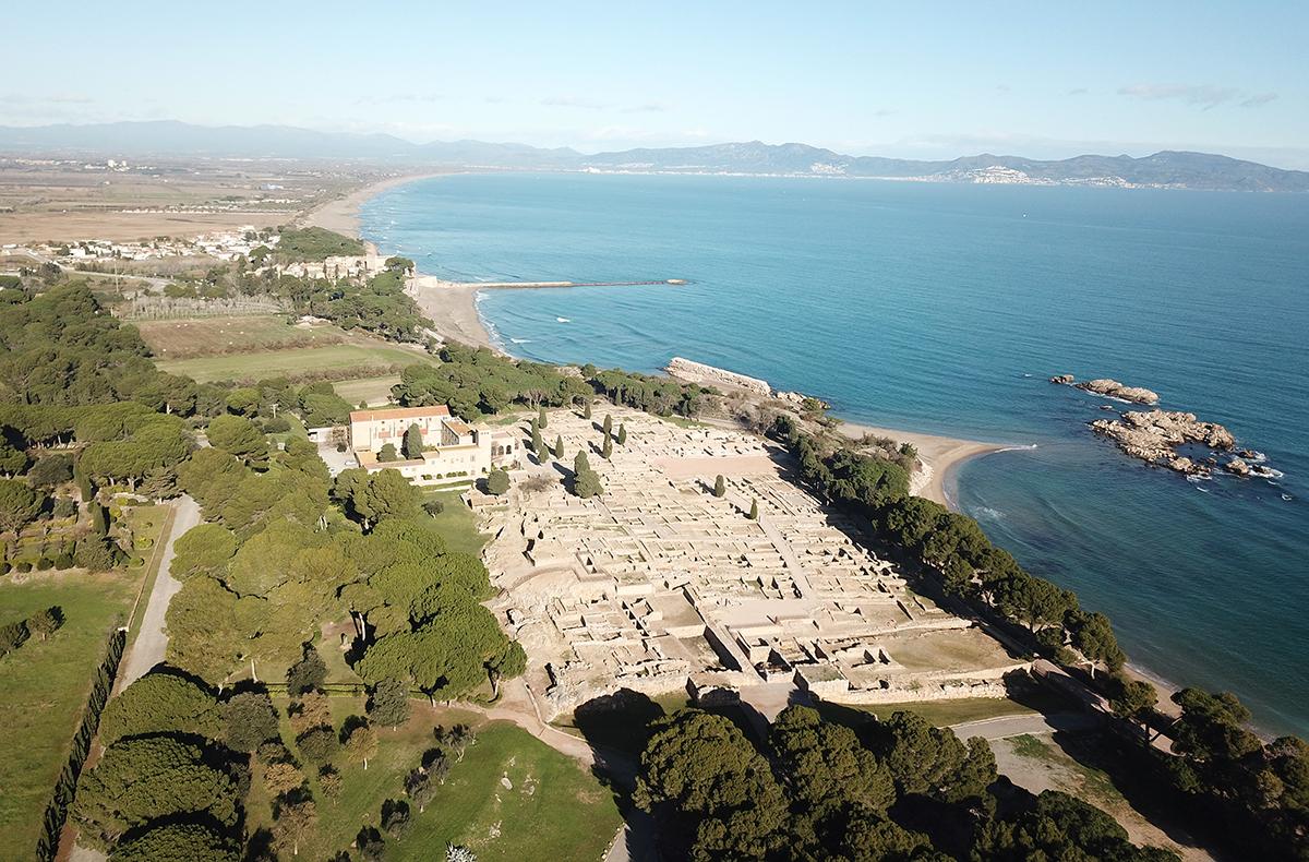 Figura 1. Vista aèria actual de la Neàpolis d'Empúries, amb el port antic, Sant Martí d'Empúries i el golf de Roses al nord (Arxiu MAC-Empúries).