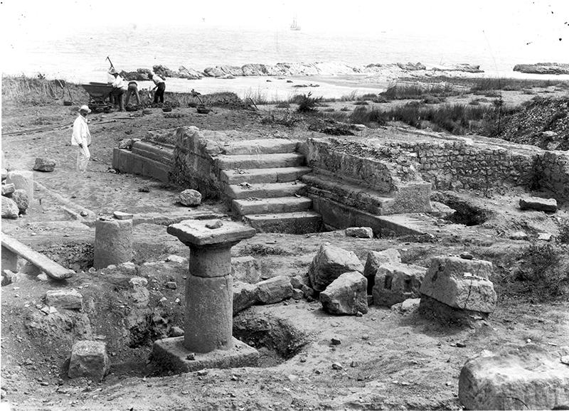 Figura 11. Fotografia antiga de l'excavació de la terrassa baixa en el sector meridional de la Neàpolis, amb les columnes i el podi del temple d'escales laterals (AME-Esquirol).