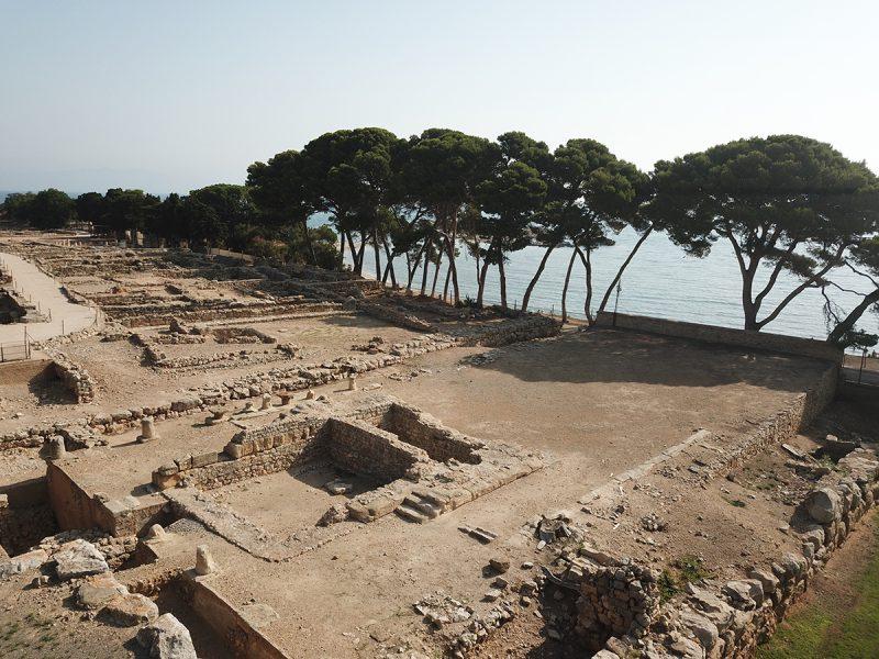 Figura 12. Aspecte actual de la terrassa baixa oriental del sector dels temples de la ciutat grega d'Empúries (Arxiu MAC-Empúries).
