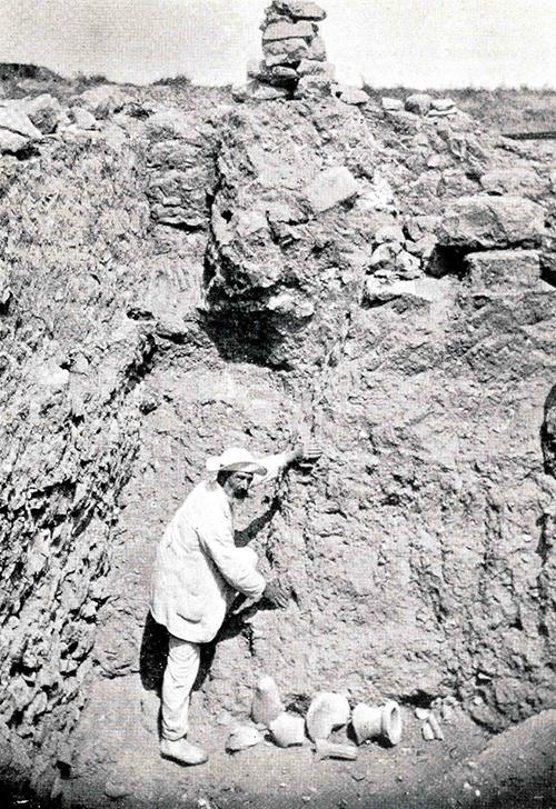 Figura 3. Fotografia d'Emili Gandia en què mostra els diversos nivells estratigràfics a les excavacions de la Neàpolis, publicada a l'Anuari de l'IEC 1913-1914, 675, figura 29 (AME-Esquirol).