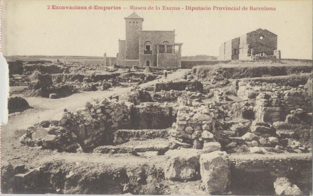 Figura 4. Postal que mostra les restes arqueològiques, en primer terme, i el primer edifici del Museu i les ruïnes de l'antiga església del monestir servita de Santa Maria de Gràcia (AME-Esquirol).