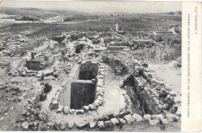 Figura 5. Cisterna situada a la zona de la torre Talaia on fou trobat un fragment de la inscripció. A la part baixa, el sector dels temples de la ciutat grega (AME-Esquirol).