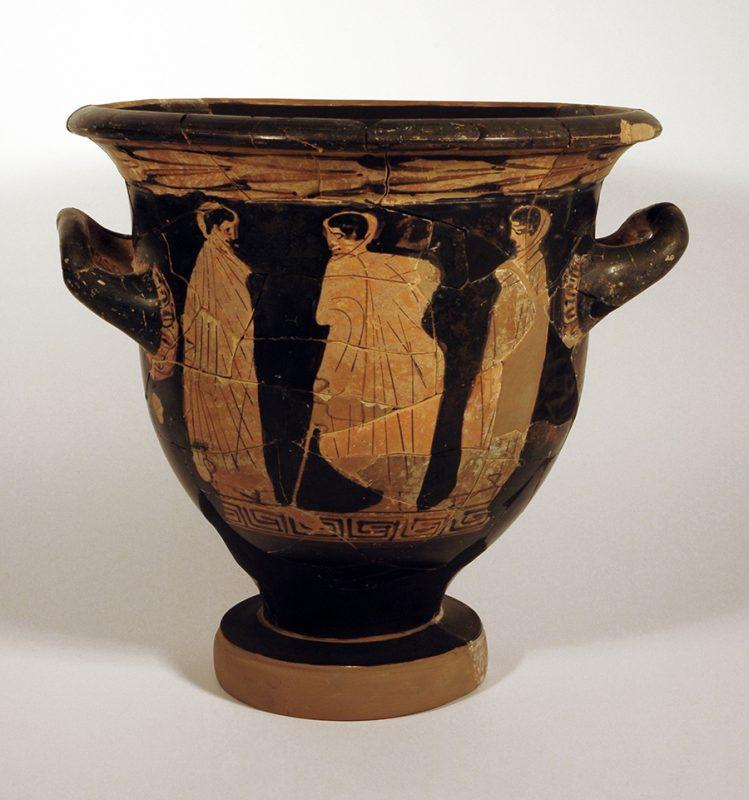 Crater de campana de ceràmica àtica de figures roges de l'estil del Pintor de Pothos (425-400 aC) procedent d'Ullastret conservat a la seu del MAC-Ullastret. Representa possiblement l'escena de comiat d'un guerrer (Fitxa CIG-5373, Arxiu: MAC-Ullastret).
