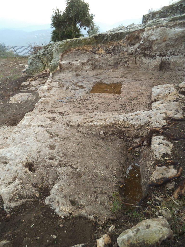 Figura 5. Celler situat al semisoterrani d'una casa localitzat en la intervenció arqueològica de l'any 2013 (Foto Oscar Varas, Arxiu MAC-Olèrdola IA.13.0892).