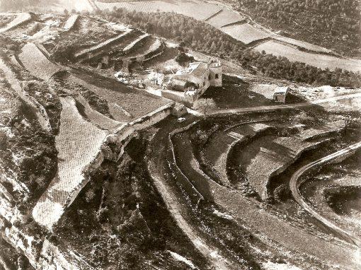 Figura entrada. Vista aèria d'Olèrdola amb feixes dins i fora muralles, així com al fondo de la Seguera (Arxiu MAC-Olèrdola MO.OL.0205).