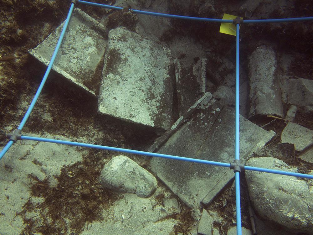 Figura 1. Tègules i ímbrex durant l'excavació del derelicte Aiguablava VII