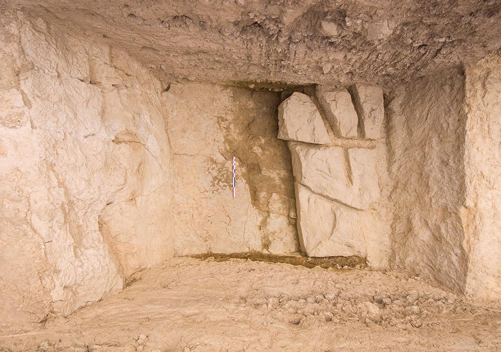 Figura 2. Vista zenital d'un dels sondejos amb evidències d'extracció de pedra de l'interior del fossat en forma de blocs (Arxiu MAC-Ullastret | Autor: Daniel Sierra)