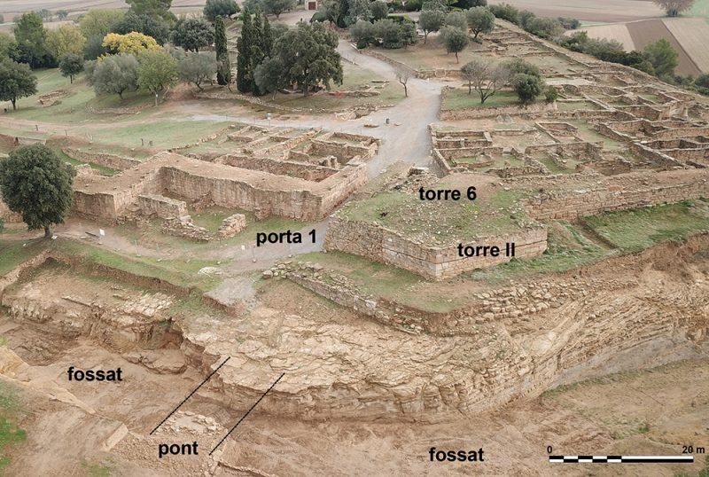 Figura 3. Vista general de situació del pont del fossat i de l'accés a la porta 1 (Arxiu MAC-Ullastret | extret de Codina, Prado, Roqué en premsa)