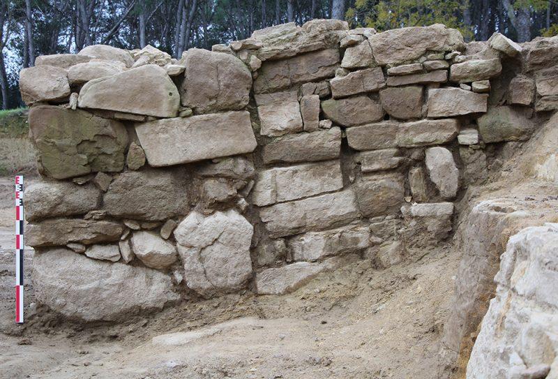 Figura 4. Detall lateral de l'estructura construïda sobre la contraescarpa que conforma la base del pont per travessar el fossat (Arxiu MAC-Ullastret)