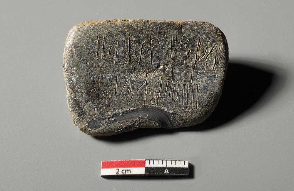 Figura 5. Detall del plom amb inscripció (Arxiu MAC-Ullastret | Autor: Guillem FH)