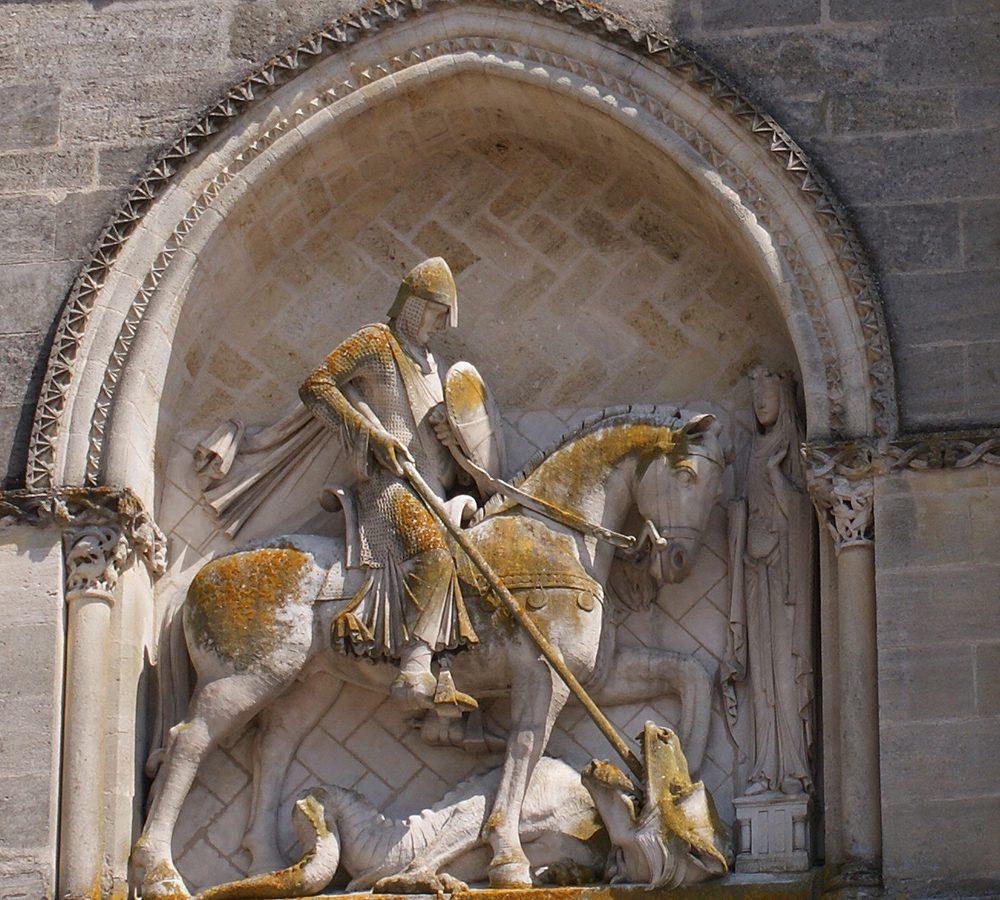Figura 1. Cavaller de la façana de l'església de la Santa Creu de Bordeus. Malgrat que és fruit de la restauració del segle XIX, ja que l'original es va perdre el 1794, la situació de com anaven penjades les medalles al corretjam és correcta i serveix d'exemple (Foto A. Casanovas)