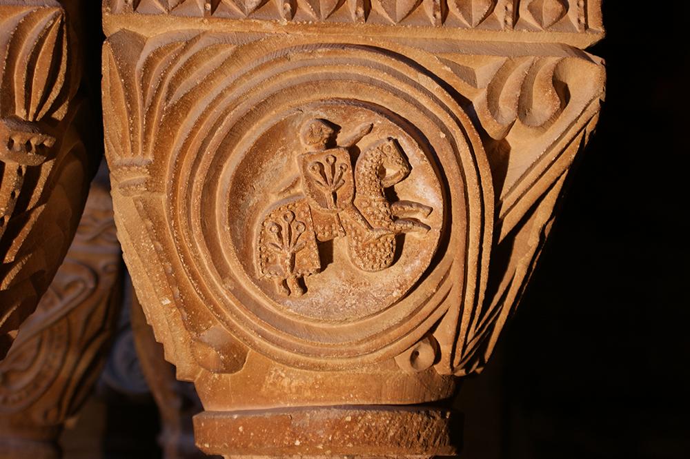 Figura 3. Capitell amb representació d'un cavaller Cardona del Monestir de Santa Maria de l'Estany. Segle XIII