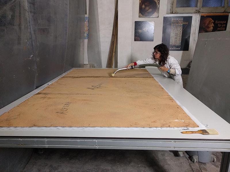 Eliminació de la brutícia superficial al revers de la reproducció de les pintures rupestres de la Cueva de la Vieja. MAC. Conservació-restauració