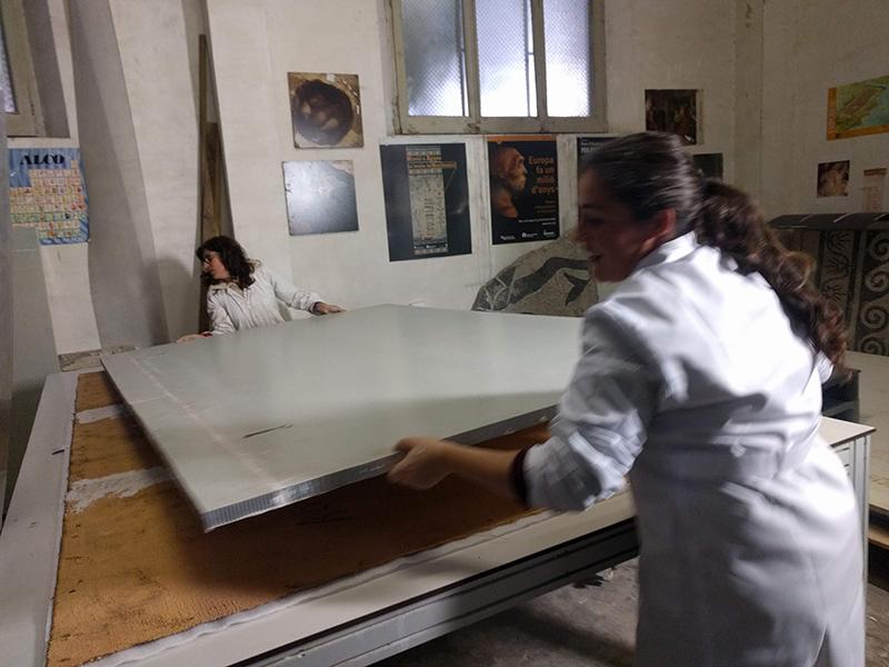 Adhesió a nou suport de la reproducció de les pintures rupestres de la Cueva de la Vieja. MAC. Conservació-restauració