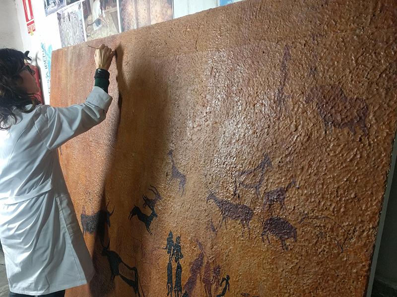 Retoc pictòric de les llacunes de la reproducció de les pintures rupestres de la Roca dels Moros. MAC. Conservació-restauració