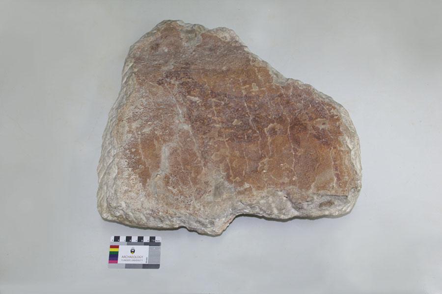Figura 2. Pieza 2 antes de la intervención, en la que está representada la figura de un ciervo de estilo levantino realizado con pigmento rojo.