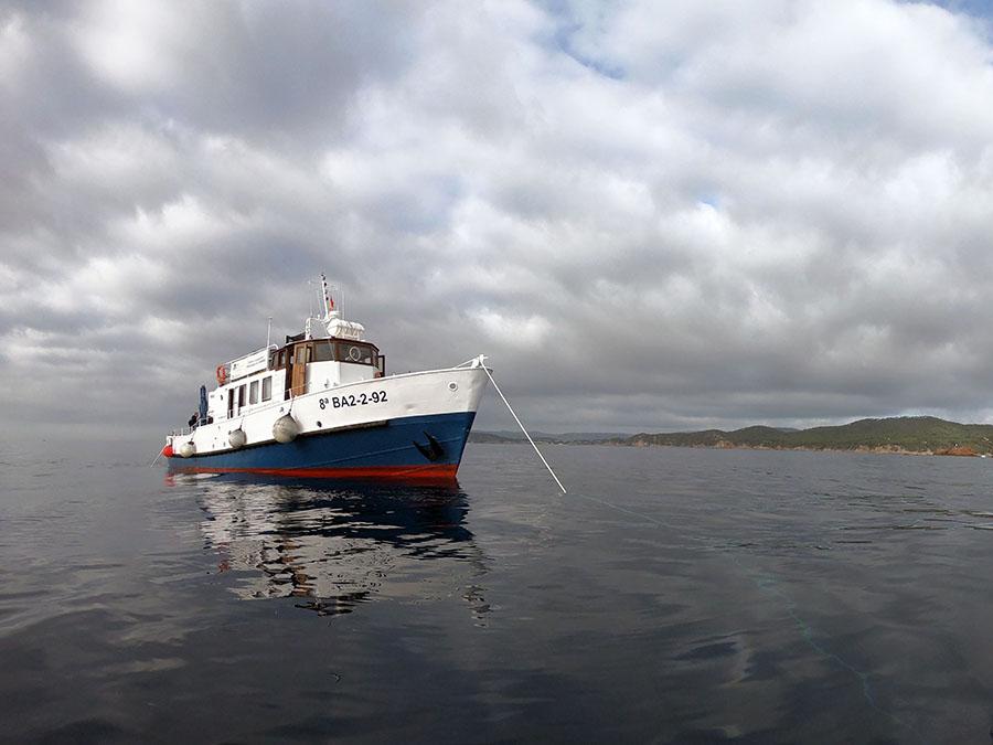 El vaixell Thetis fixat sobre el derelicte mitjançant els tres fondeigs