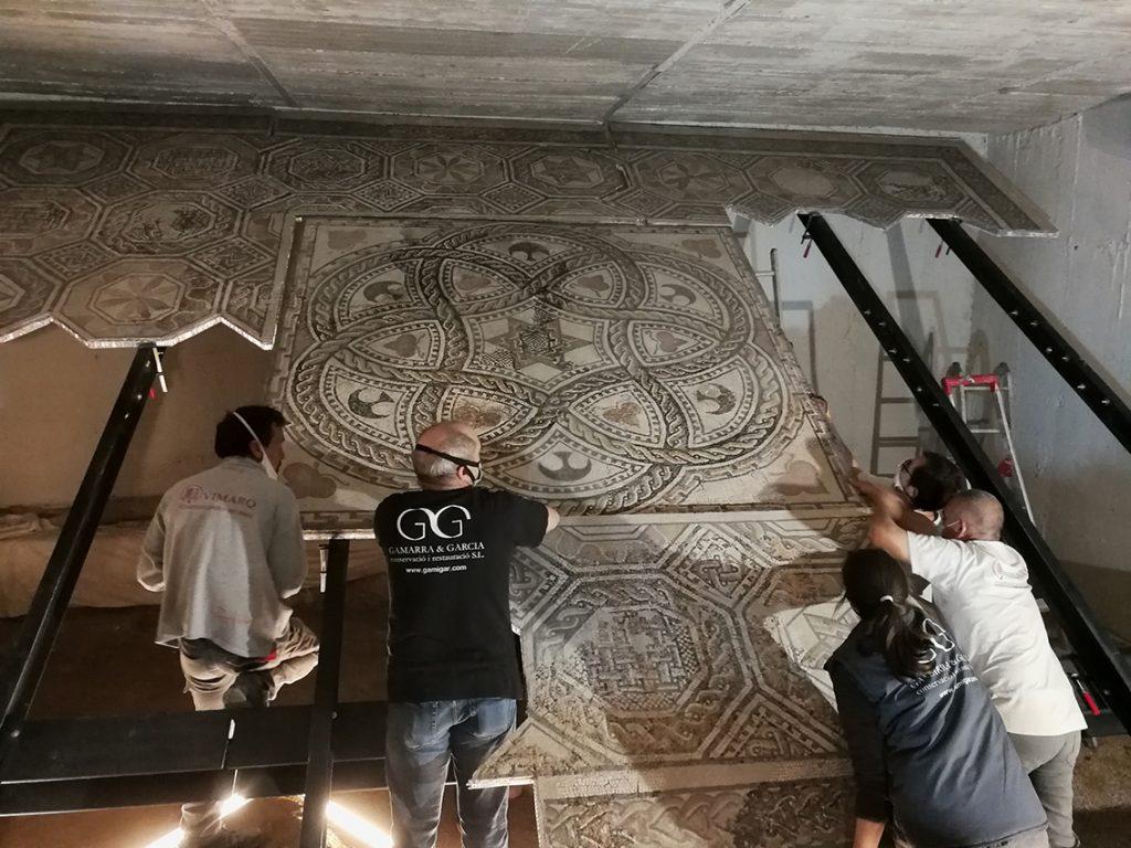 Fig. 16. Muntatge del mosaic al suport faristol del Museu