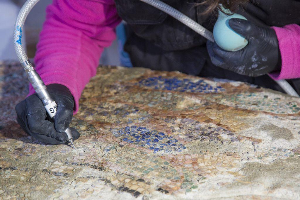 Fig. 8. Neteja del mosaic amb vibroincisor pneumàtic