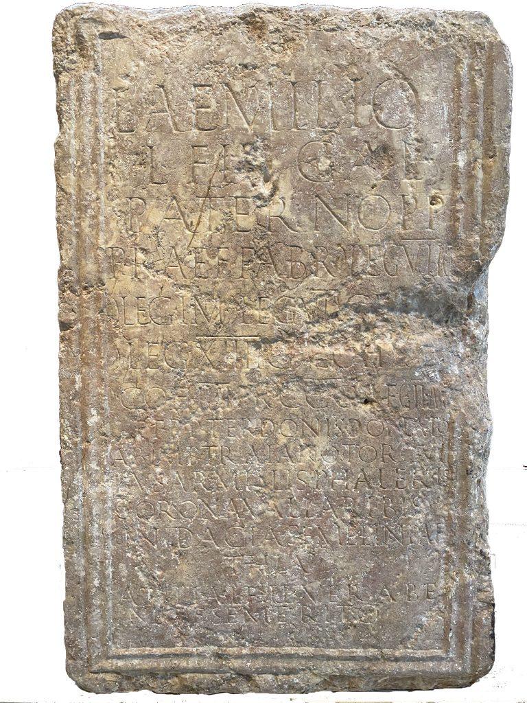 Cara frontal del pedestal amb la inscripció de Luci Emili Patern