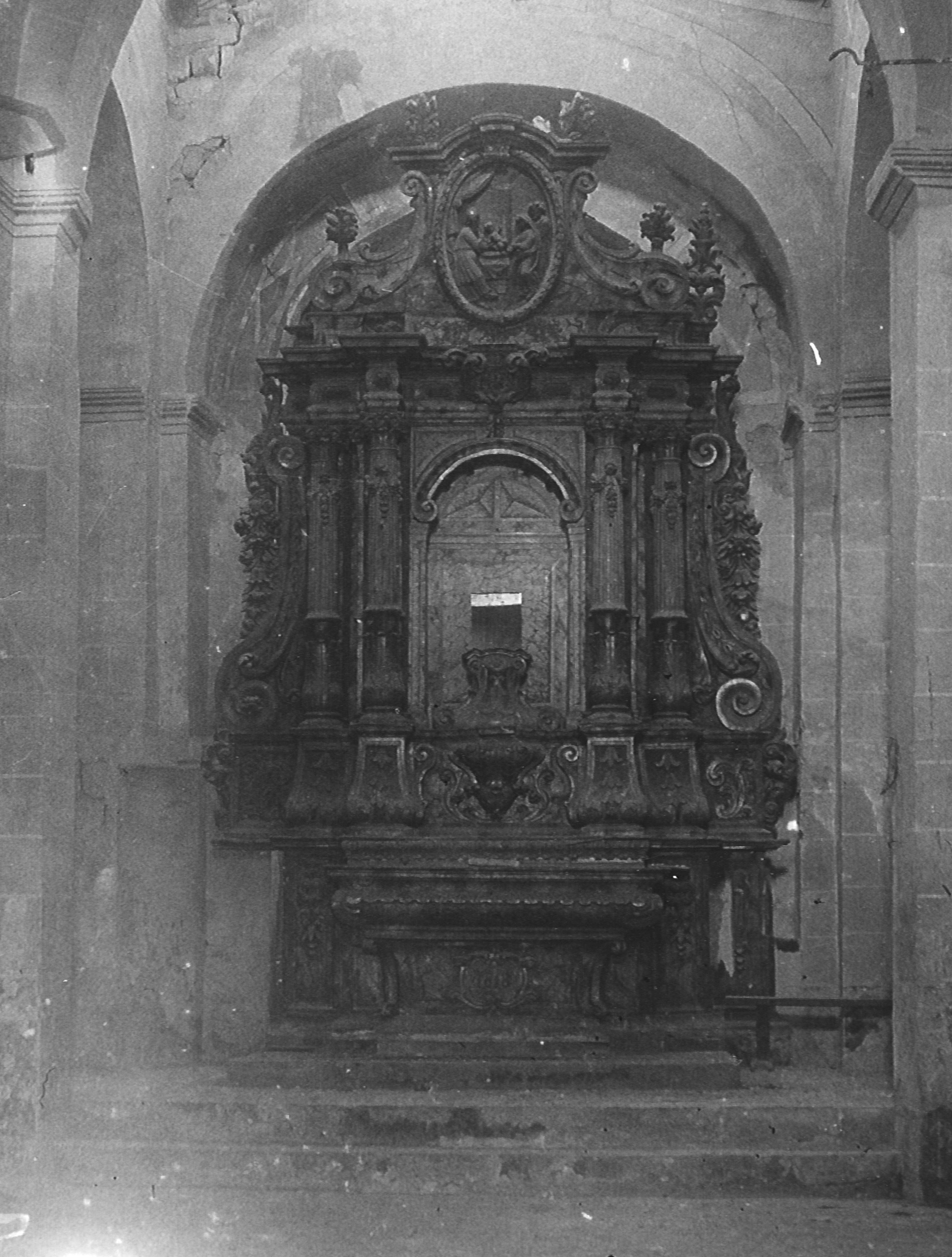 Fig. 13. Interior de l'església amb el retaule de 1818 situat a la part anterior de l'absis i desmuntat el 1928. Arxiu MAC-Olèrdola (MO.OL. 00177)