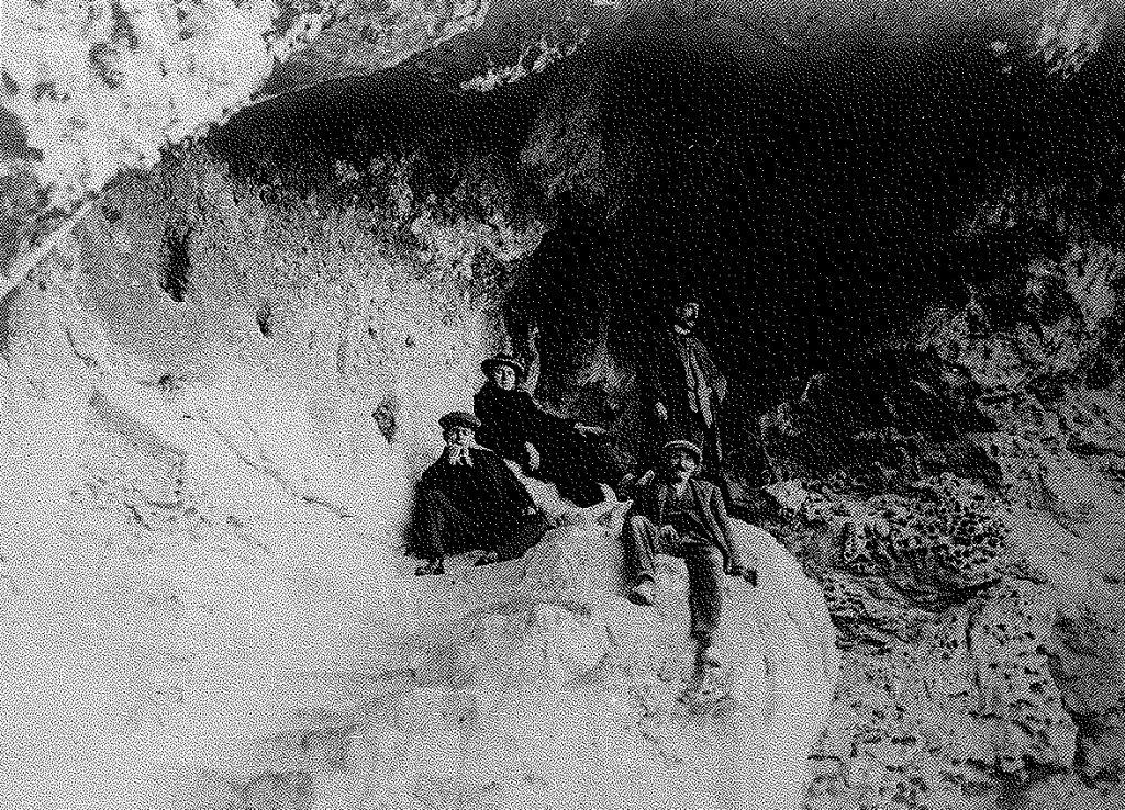 Fig. 2. Visita de l'IEC a Olèrdola l'any 1917. Imatge a les coves de la Vall. Arxiu MAC-Olèrdola (MO.OL.06230)