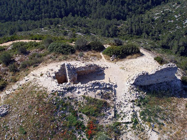 Fig. 8. Vista aèria de la torre-talaia romana (esquerra) amb el castell medieval adossat, 2008. Arxiu MAC-Olèrdola (MO.OL.05245)